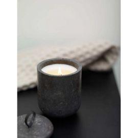 شمعة معطرة برائحة خشب الأرز من Aquanova Hammam